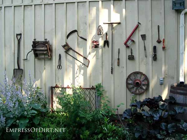25+ Creative Ideas For Garden Fences | Display rusty old tools