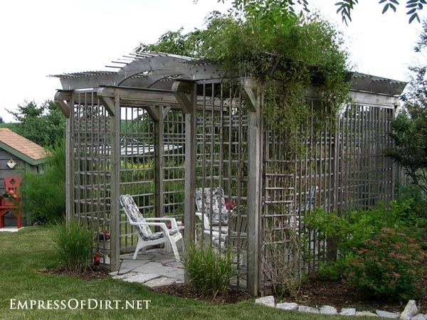 20+ Ways to create vertical interest in the garden with arbors, trellis, obelisks, and more. Outdoor trellis garden room.
