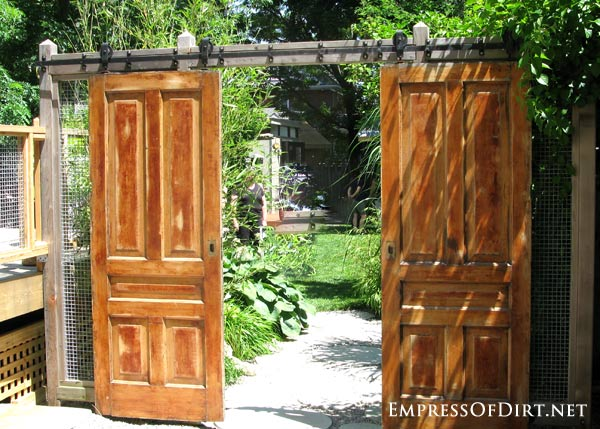 Old doors instead of garden gates - gallery of ideas