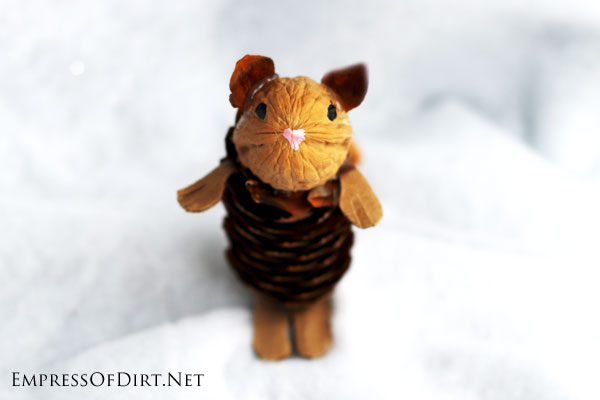 DIY Pinecone craft: make a little mouse from natural materials. Plus more sweet animals at empressofdirt.net