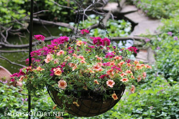 21 gorgeous flower planter ideas from home gardens for Hanging flower pots ideas