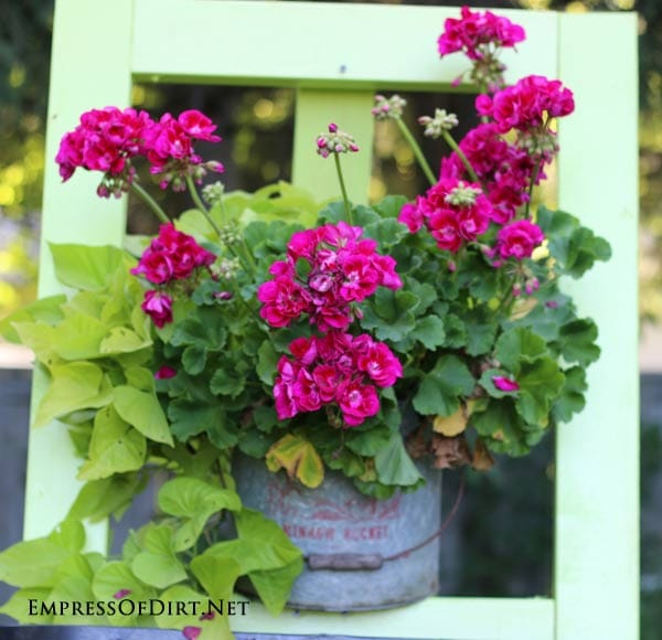 You can make this DIY garden art easel using 2x4s for just $10. It's a great way to display flowers and garden art in your yard.
