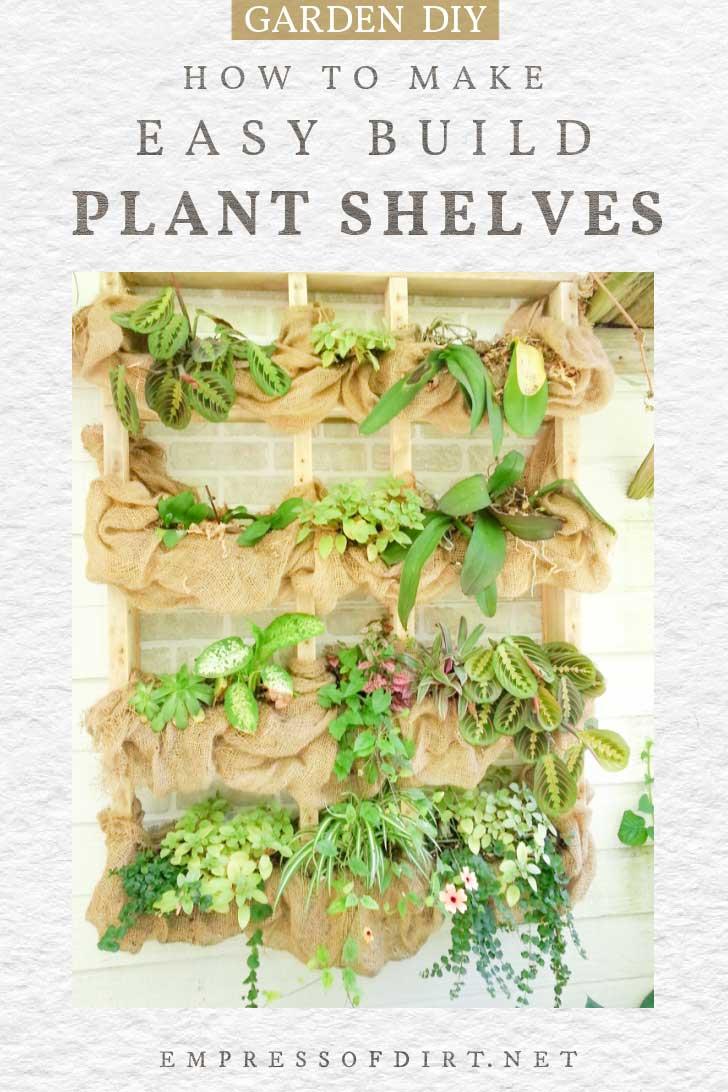 Estante para plantas al aire libre colgado en la pared con tela de arpillera y plantas.