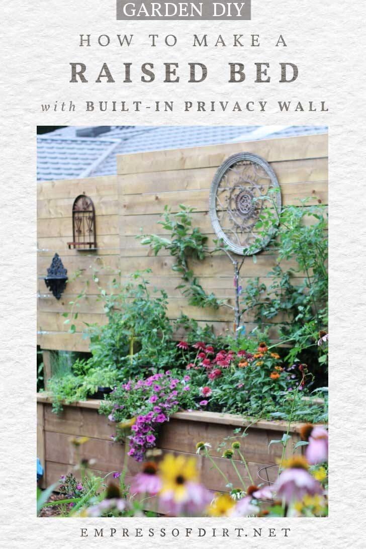 Cama de jardín elevada con pared de privacidad incorporada.