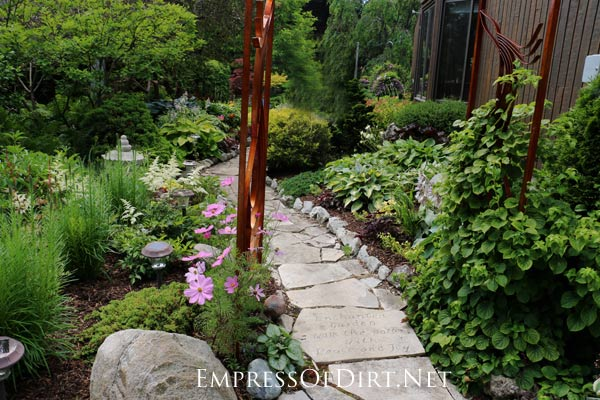 Here's a bunch of creative ideas for designing garden paths and walkways plus DIY stepping stone tutorials. Whether it's stone, brick, hypertufa, or concrete pavers, there's lots of things you can do with simple materials for a great look.