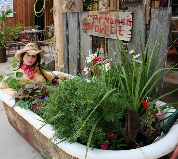 Garden bathtub bathtub decorations 12 cool bathroom also for Garden pool from bathtub