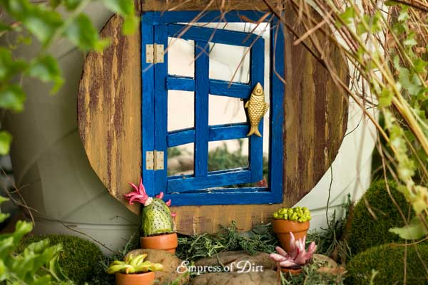 Optical illusion door for miniature garden