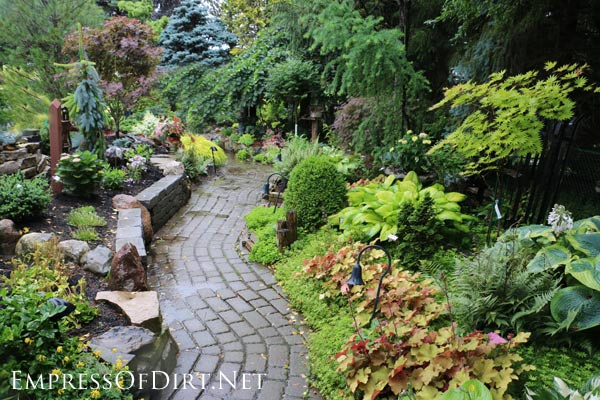 12 stepping stone garden path ideas empress of dirt for Easy garden path ideas