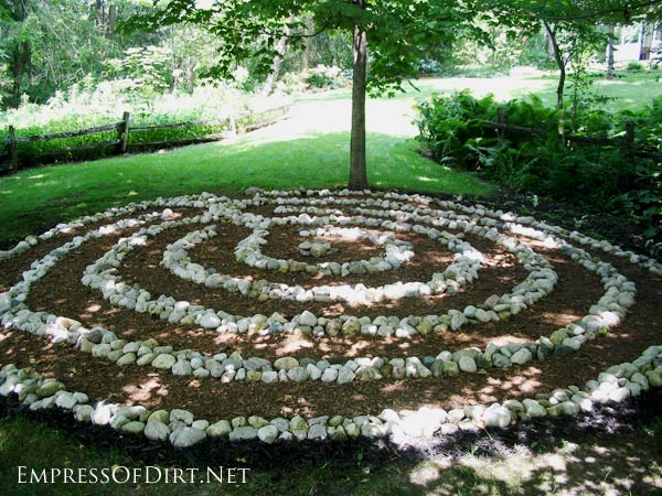 Garden stone circle | Here's a bunch of creative ideas for designing garden paths and walkways plus DIY stepping stone tutorials. Whether it's stone, brick, hypertufa, or concrete pavers, there's lots of things you can do with simple materials for a great look.